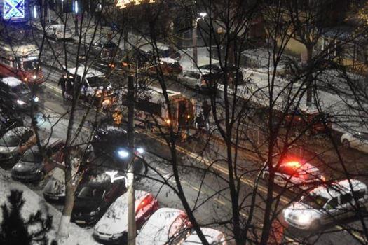 Microbuz plin cu pasageri a intrat într-un refugiu de tramvai