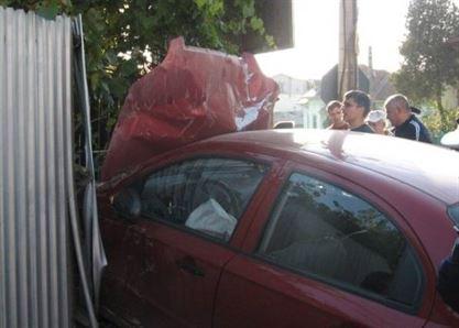 A iesit cu masina in decor si a distrus gardul unui consatean