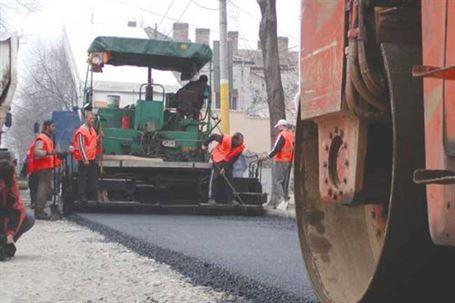 A fost semnat contractul pentru asfaltarea străzilor