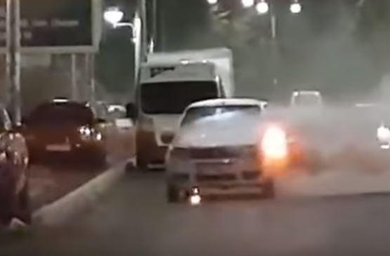 Autoturism in flacari aseara pe Calea Galati