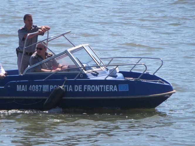 Politistii de frontiera au depistat doi braileni care au furat floarea soarelui dintr-o barja acostata la Dana 39