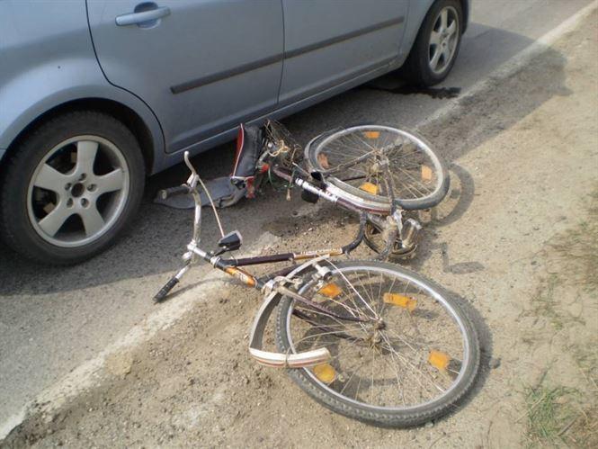 Biciclist lovit de un autoturism, in urma unei manevre gresite ...