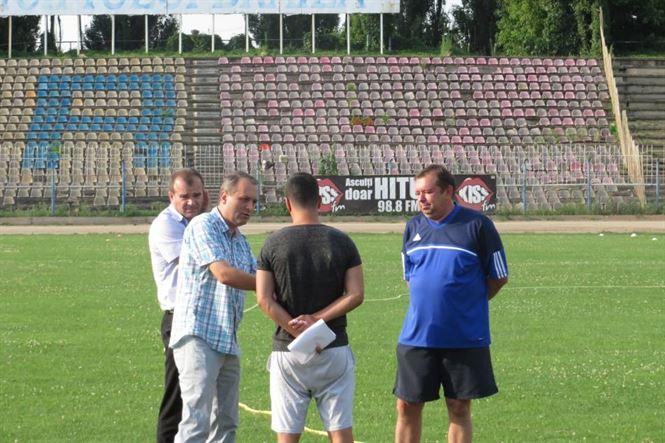 Cosmin Necoara discuta cu cei din conducerea clubului