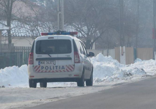 Doi tineri au furat din gospodaria unei batrane 200 kg porumb si 10 l de vin