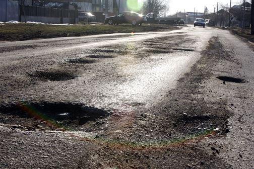INS - Aproape 40% din drumurile din Romania sunt pietruite si de pământ