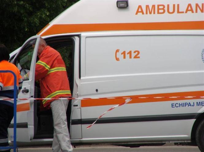 Femeia ranita in urma ciocnirii microbuzului in care se afla cu un autoturism la Scortaru Vechi