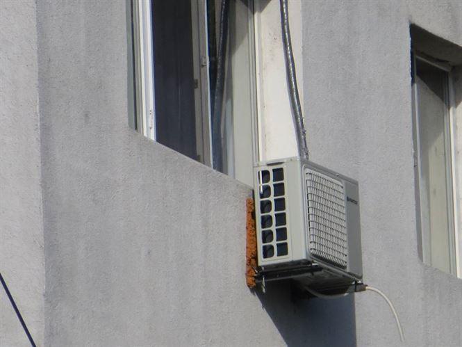 Hot prins dupa ce a escaladat un aparat de aer conditionat si a intrat intr-un apartament