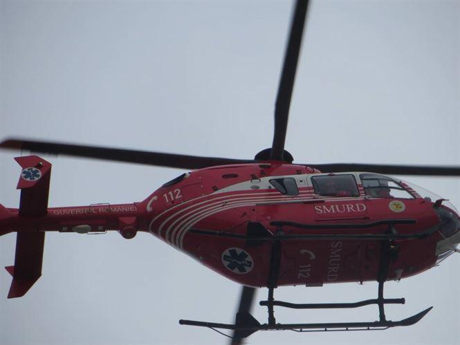 Un marinar aflat pe o barja prinsa intre sloiurile de gheata, ridicat cu elicopterul dupa ce a cazut si s-a ranit la cap