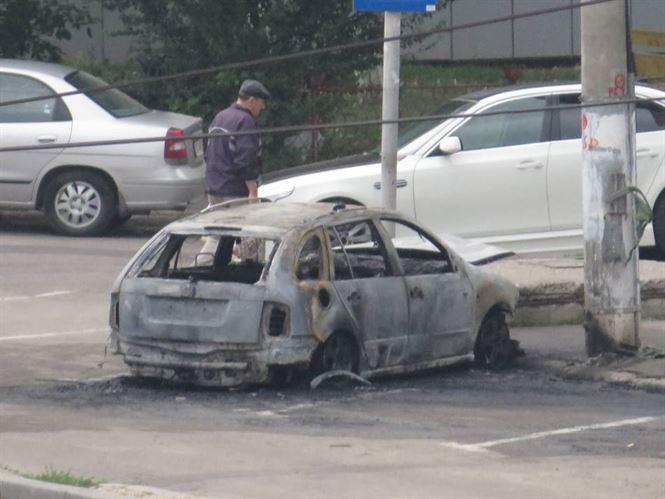 Masina incendiata in cartierul Viziru