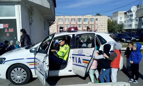 Preşcolarii le-au amintit adulţilor regulile privind trecerea străzii
