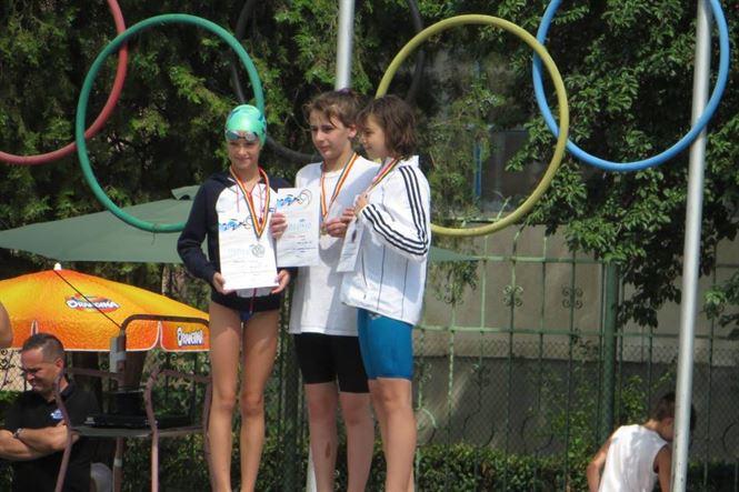 podium la 100 m spate fete de 11 ani