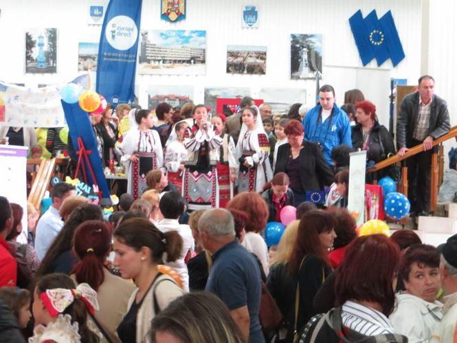 """Targ cu vanzare """"Nepoti pentru Bunici"""", organizat de Ziua Europei"""