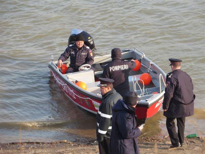 Autoturismul scufundat in Dunare a fost reperat de scafandrii. Acum se incearca scoaterea la mal