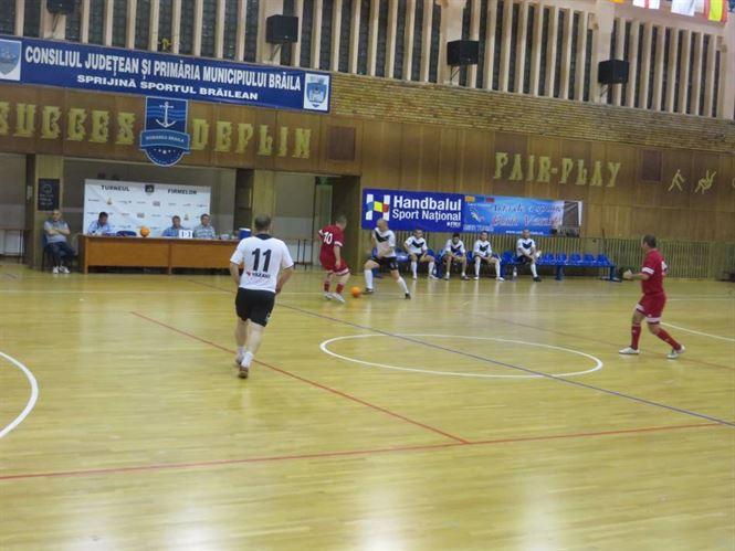 Joi dupa amiaza se vor juca semifinalele Turneului Firmelor la fotbal in sala