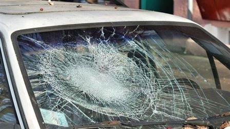 Minor de 17 ani cercetat pentru ca a spart parbrizul autoturismului unui consatean