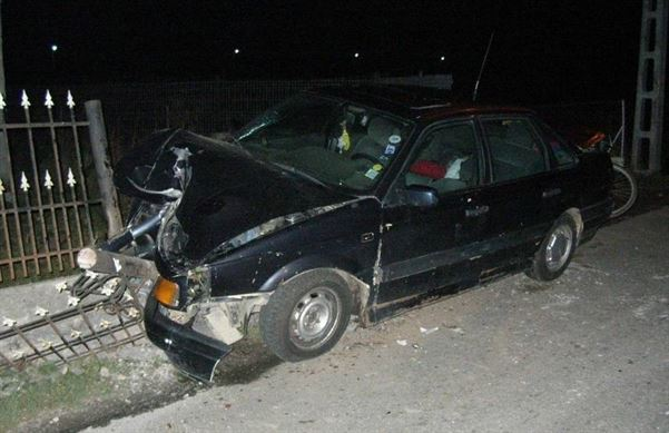 S-a urcat baut la volan si a intrat cu masina in gard