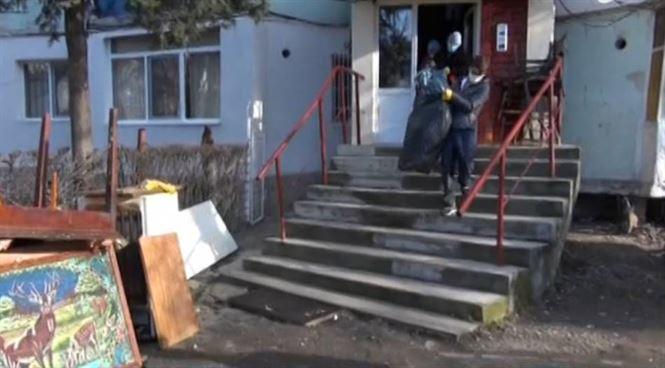 Un container de gunoaie scoase din apartamentul unei batrane din cartierul Viziru I