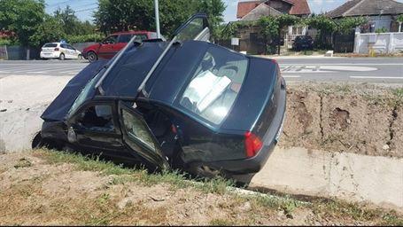 I s-a facut rau la volan si a intrat cu masina in sant