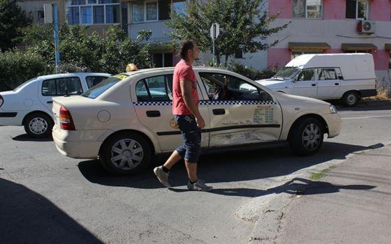 Soferul unui taxiu a provocat un accident si a fugit de la fata locului