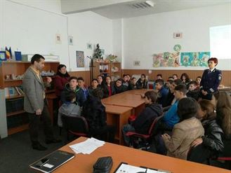 Traficul de persoane, tema intalnirii politistilor cu elevii scolii din comuna Viziru
