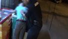 Video: Depistat de jandarmi cu un cutit in fata unui chiosc