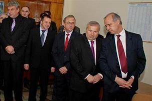 """Marian Dragomir (al doilea din stânga) învăţând de la """"veterani"""" care este"""