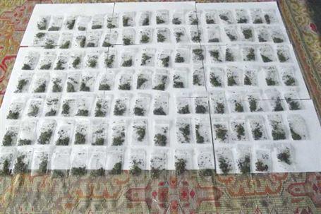 Peste 100 de pliculete de etnobotanice depistate asupra a doi braileni ce se aflau intr-un bar