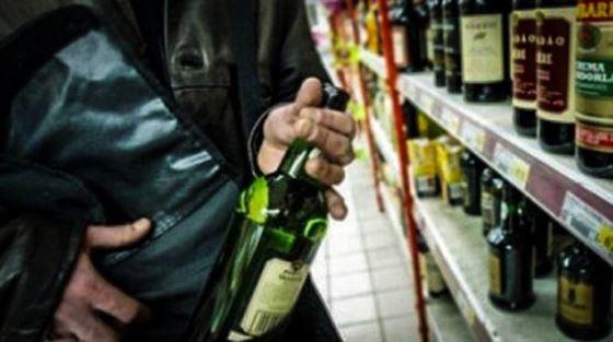 Cercetată pentru furt dintr-un supermarket din Brăila