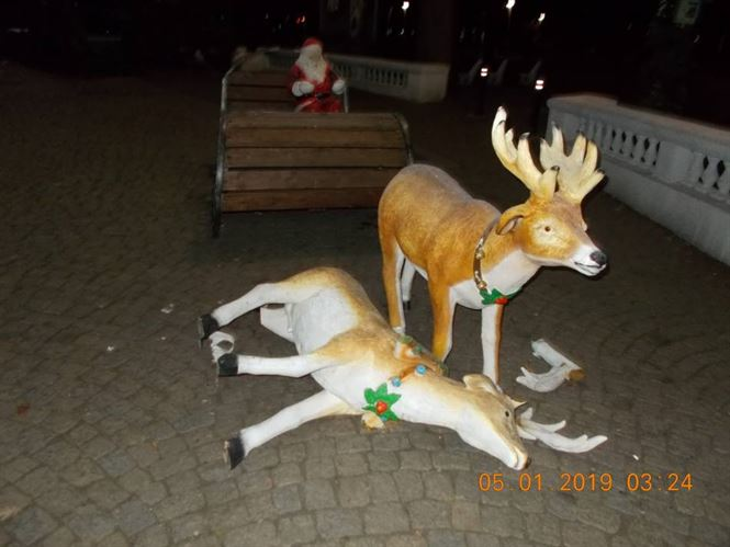 Au distrus ornamentele de sărbători din parcul Monument
