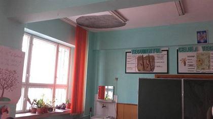 O bucata din tencuiala de pe tavanul unei clase s-a desprins in timpul orei de engleza