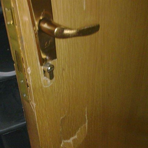 Cercetat penal pentru distrugerea unei uşi